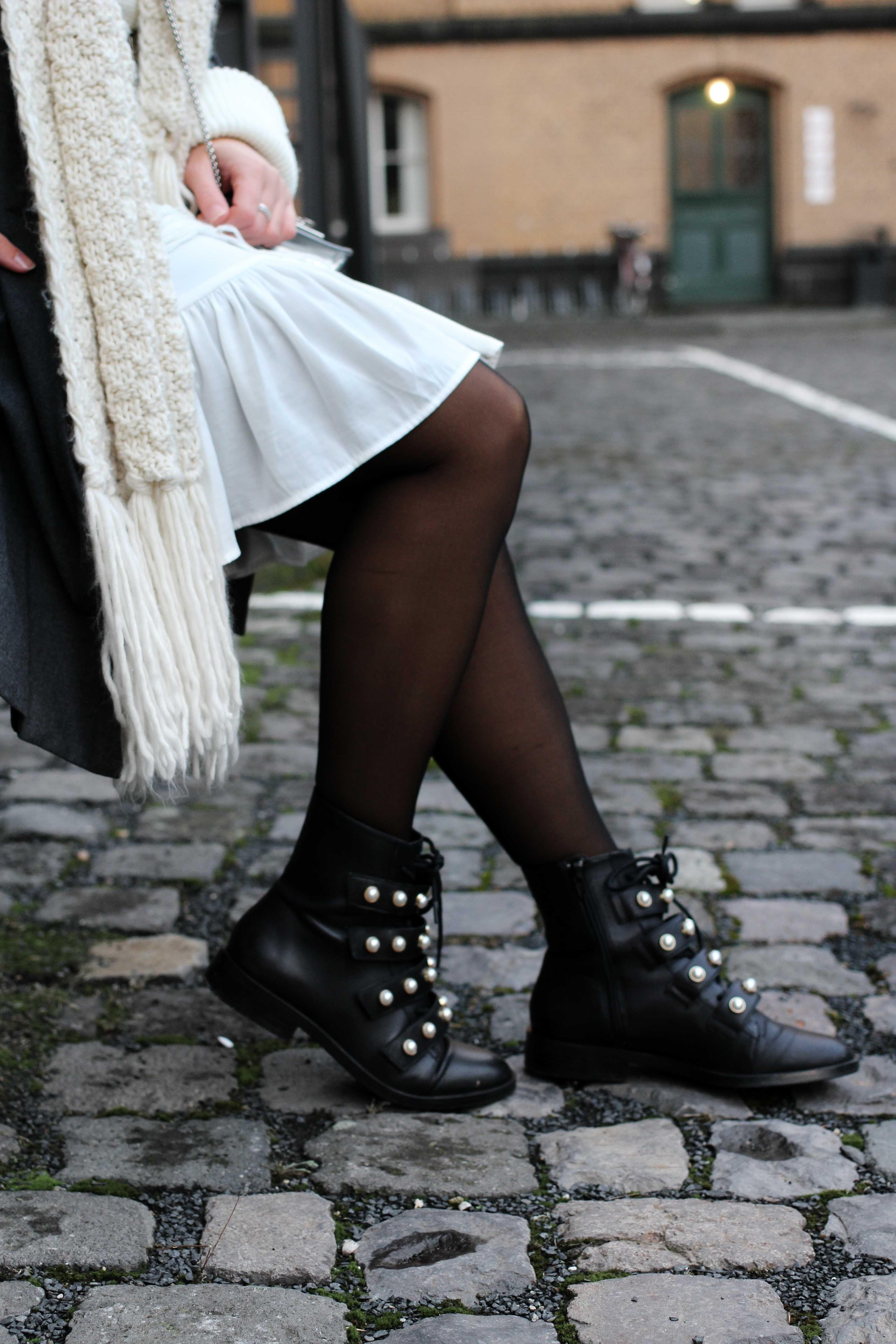 WinterLayering mit weißem Kleid, Ripped Pullover  schwarzer Strumpfhose  B LO G G E R P I E C
