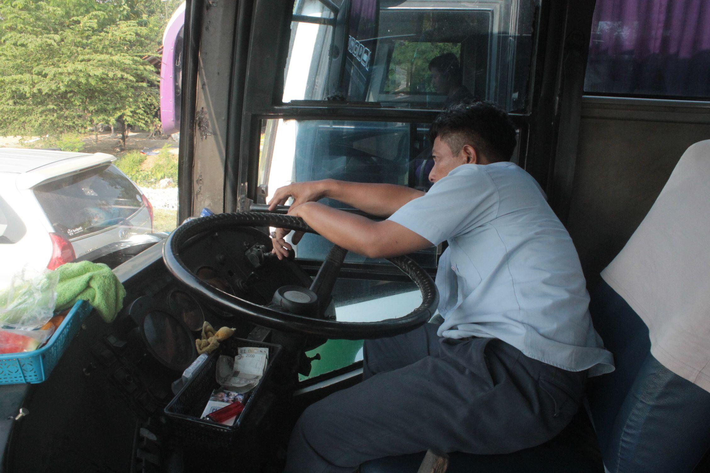 El conductor del autobus descansando un rato