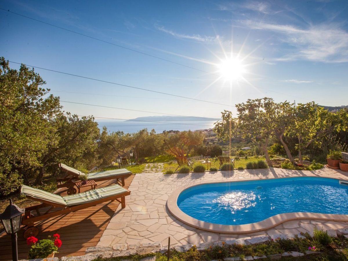 Der Pool mit Meerblick und Sonnenliegen (mit Bildern