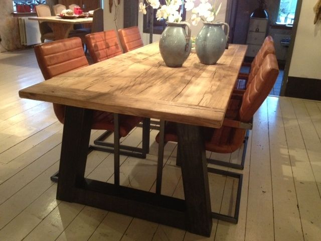 Oud eiken tafel trapezium met industrieel onderstel tafels old wood onderstel - Glazen tafel gesmeed ijzer en stoelen ...