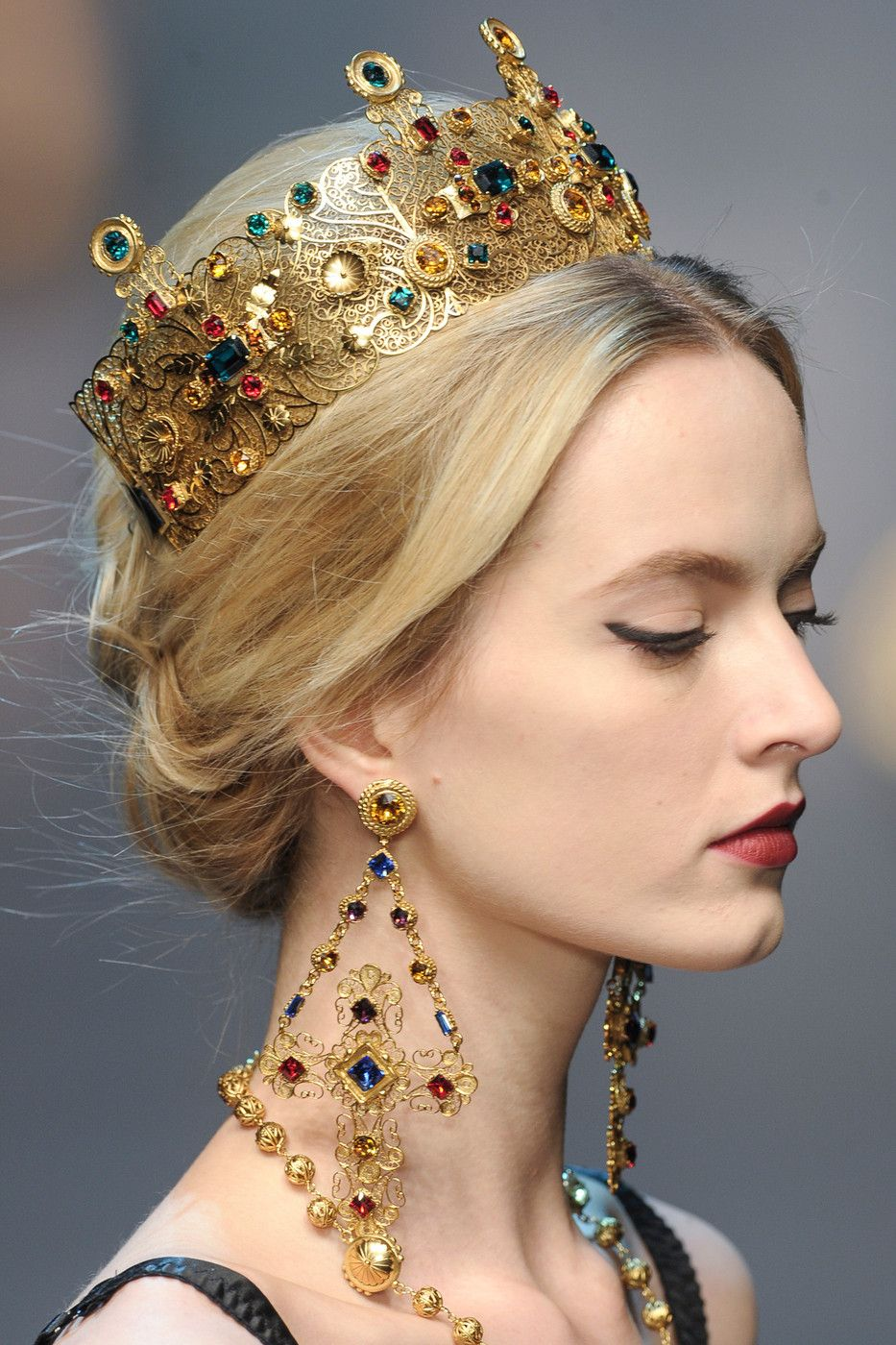 Dolce   Gabbana, 2013   stunning jewelry, crown. (Every girl should own a  crown and matching earrings)! 397b34305c