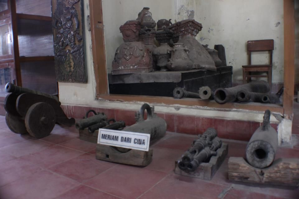 There is also a legacy of China's cannons in 1676 making many geledekan placed on the floor Kasepuhan Palace Museum of Antiquities.