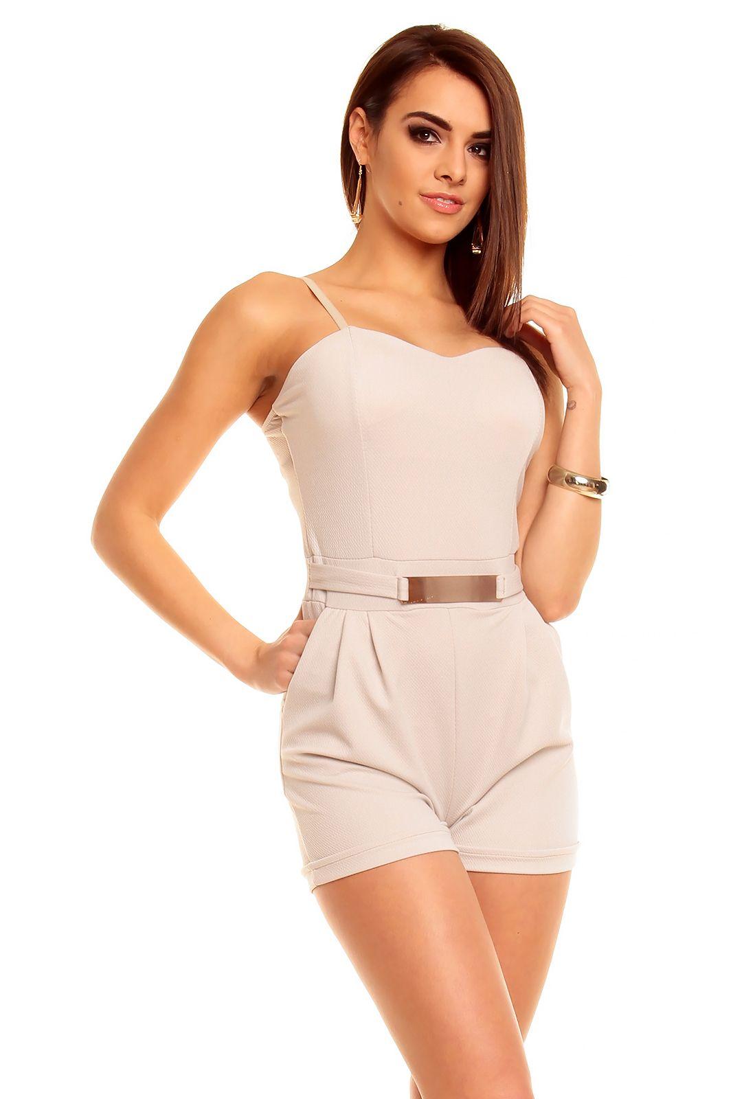 Overall beige - Fin overall i beige med korte ben og tynde stropper. Har lommer og et fint lille guld spænde. Materiale: 95% polyester. 5% elastan Kr. 219,-