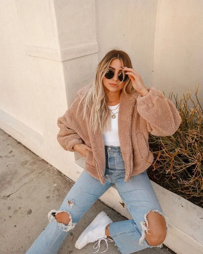 Ripped Blue Jeans Women's Fall Outfit VSCO Retro Style #girlswag #girlstyle #womenfashion #fallstyle