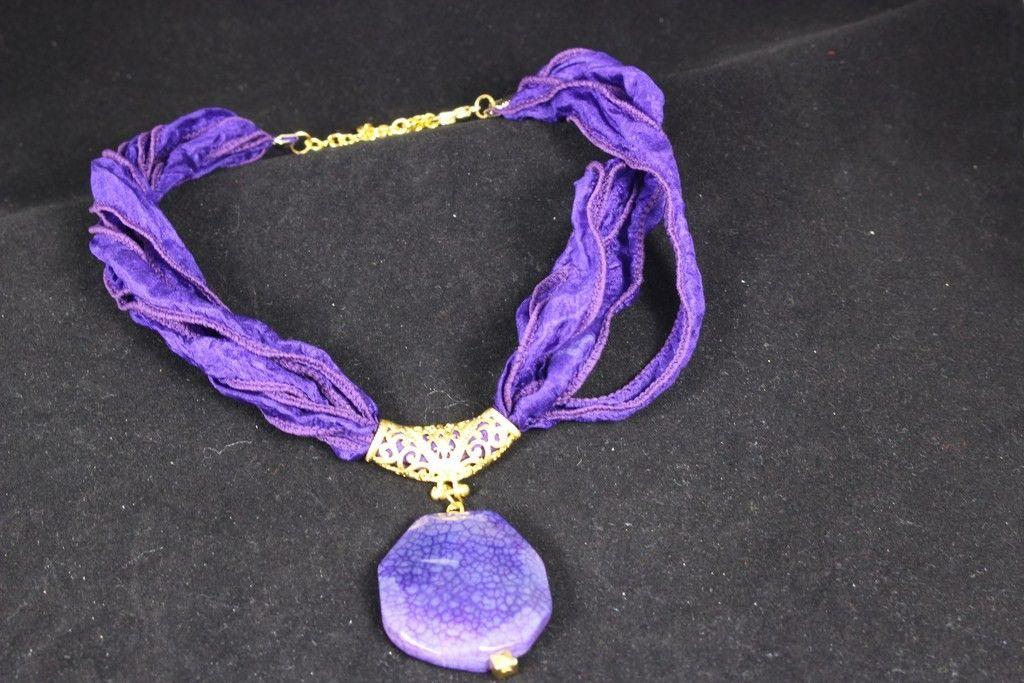 Gargantilla seda con ágata natural engarzada en pieza chapada en oro mate. Puedes elegir el color de la cinta dentro de nuestra web. www.greenlily.es
