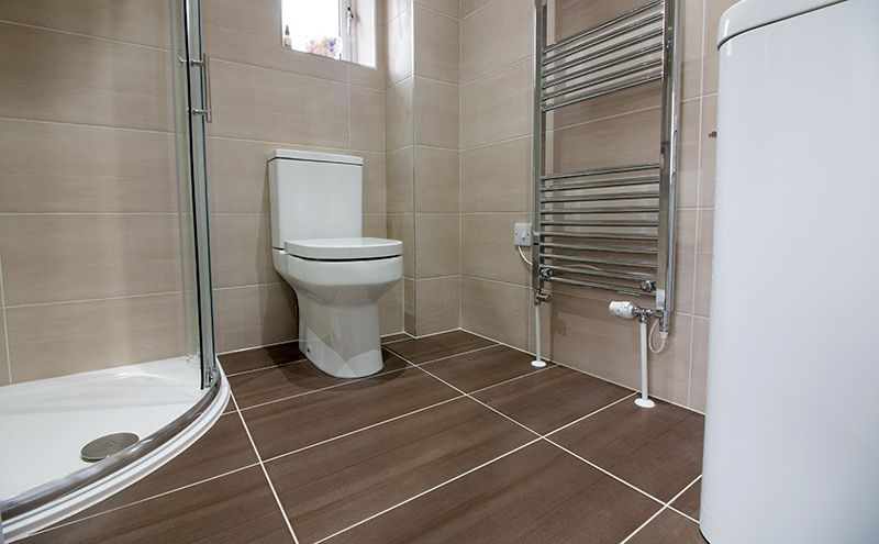 Brown Floor Tiles And A Light Shade Of Beige On The Walls Looks Lovely In This Ensuite Ensuite Tiling Dark Brown Bathroom Bathroom Floor Tiles Beige Walls