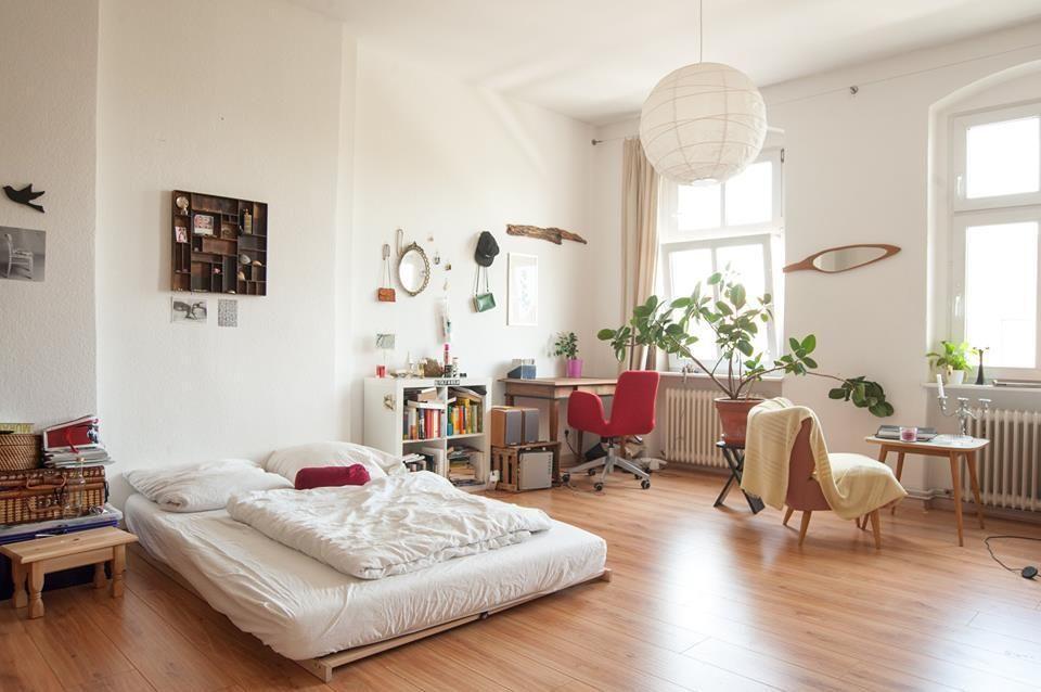 sehr ger umiges und lichtdurchflutetes wg zimmer mit minimalistischem bett wg zimmer. Black Bedroom Furniture Sets. Home Design Ideas