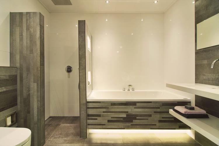 De Eerste Kamer) In deze badkamer is de onderplint van het bad ...