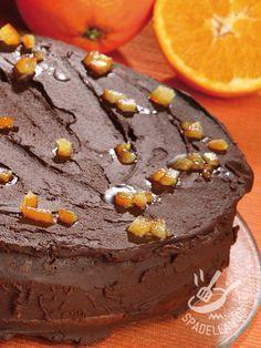 La Torta al cioccolato e arancia candita è talmente invitante che i vostri invitati chiederanno non il bis, ma il tris! Un dolce golosissimo e raffinato... #tortacioccolatoaranciacandita