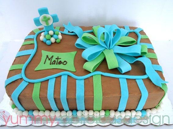 pastel cubierto de buttercream de chocolate y decorado con figuras de pasta de goma y fondant