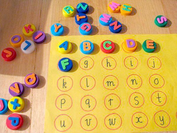 recicladas alfabeto con tapas de plastico