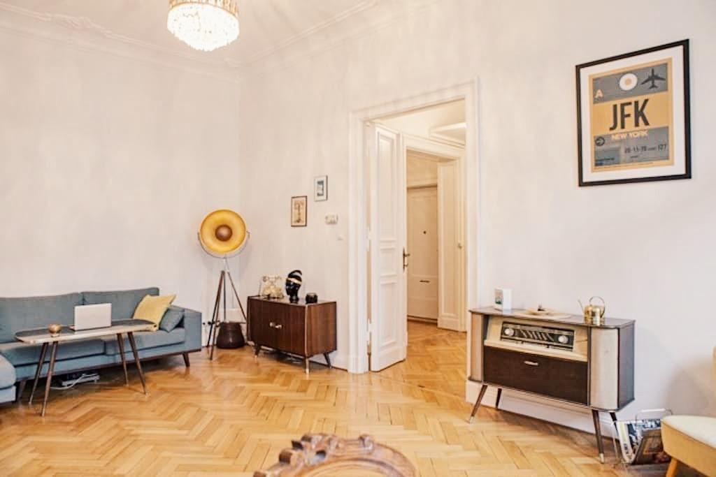 Großes, helles Wohnzimmer mit blauem Sofa, großer Lampe und altem - wohnzimmer blau weis