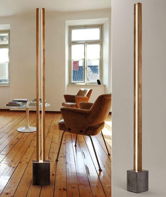 modernes wohnzimmer mit holzfußboden, designer Armsesseln braun