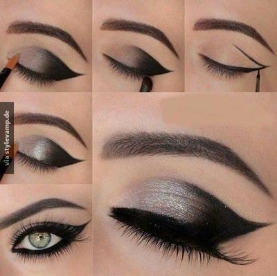 Umrande mit einem schwarzen Eyeliner dein Augenlid in einer geschwungenen Linie! Fülle den äuße