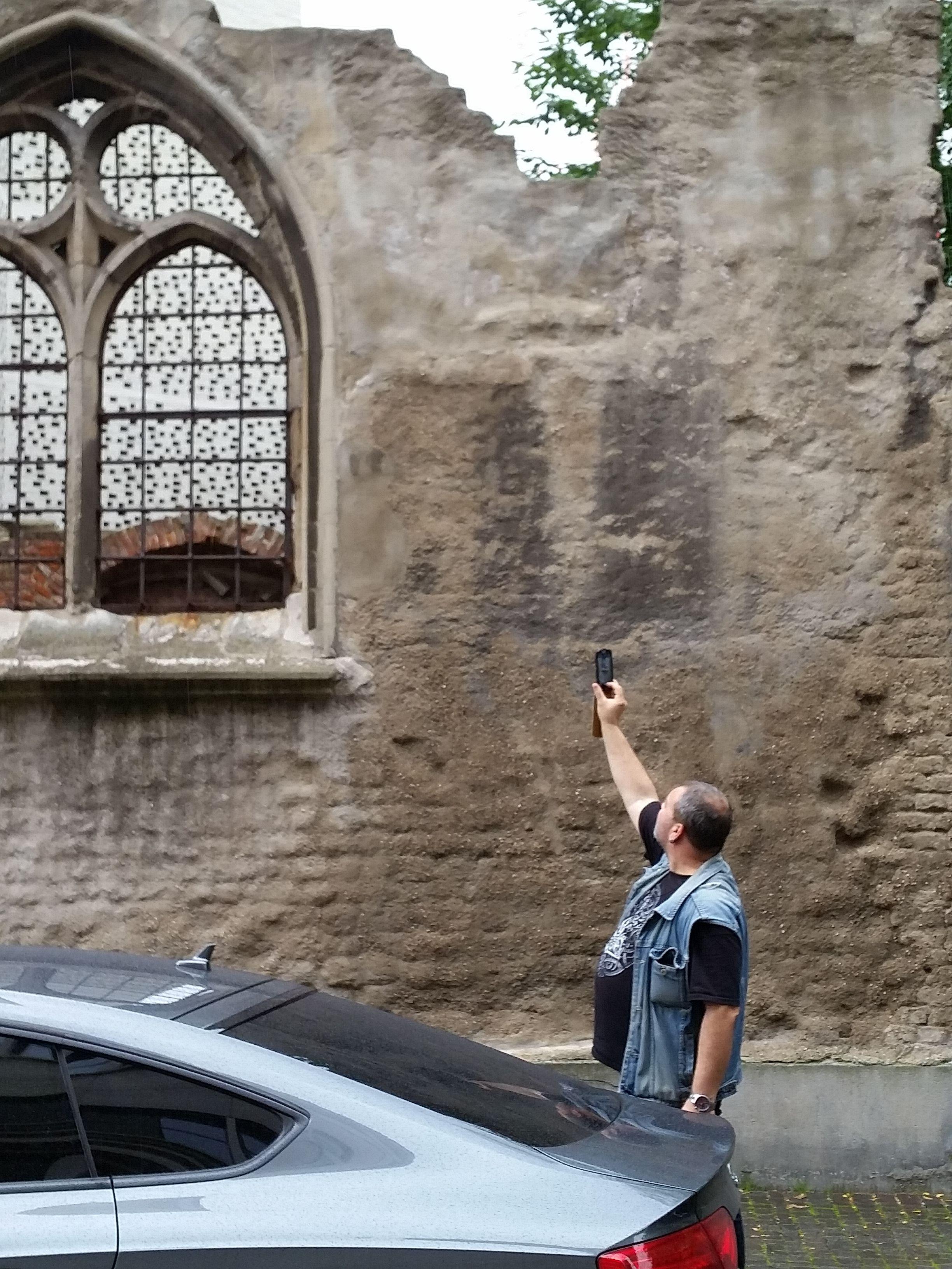 Ruine der Kirche St. Kolumab in Köln September 2014. Frank fotografiert von aussen die Aussenmauer mit einem Teil der Neubaumauer des Museums.