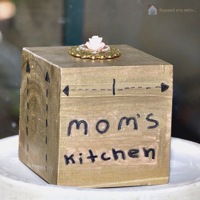 Just a small present for my mother and her #kitchendecor  Find the super easy tutorial on the blog today! Link in the bio.  #momskitchen #golddecor #wooddecor #woodencube #myhome #blogger #sundayathome #κυριακη_στο_σπιτι