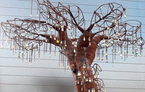 Artista cria árvore para os cadeados de amor... Lindo demais! ;)