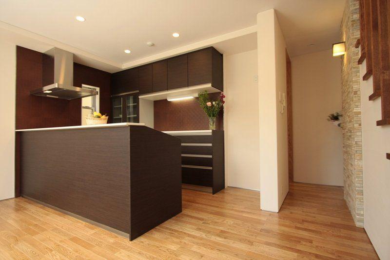 キッチンの一角を茶色に 壁も まとめた場合 リビング キッチン