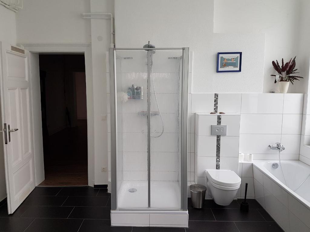 f r ein bad gibt es nichts besseres als dunkle b den und helle w nde bathroom badewanne. Black Bedroom Furniture Sets. Home Design Ideas