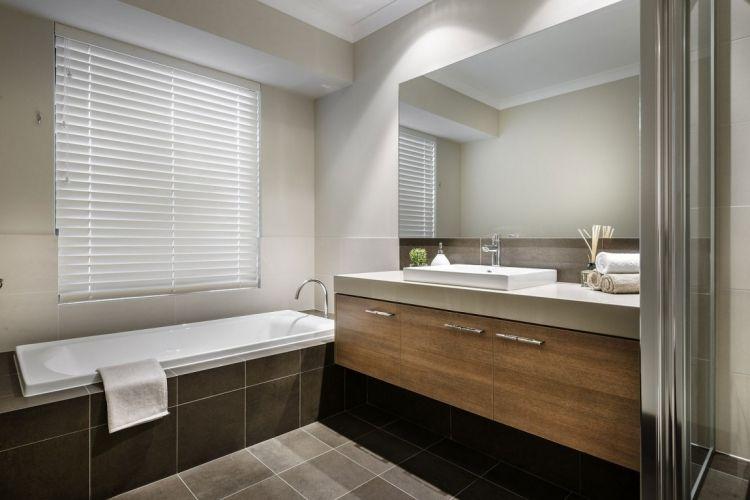 Modernes Bad Mit Wanne Mit Ablage Und Waschtisch Aus Holz