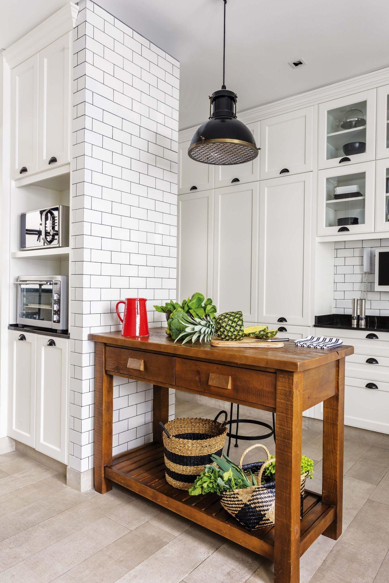 Una cocina con subway tiles y carpintería de hierro  fa2cd36d28ea