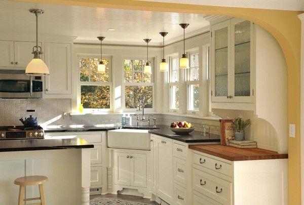 Bồn rửa lắp đặt vào góc giữa, nơi giao nhau của hai dãy bàn bếp.