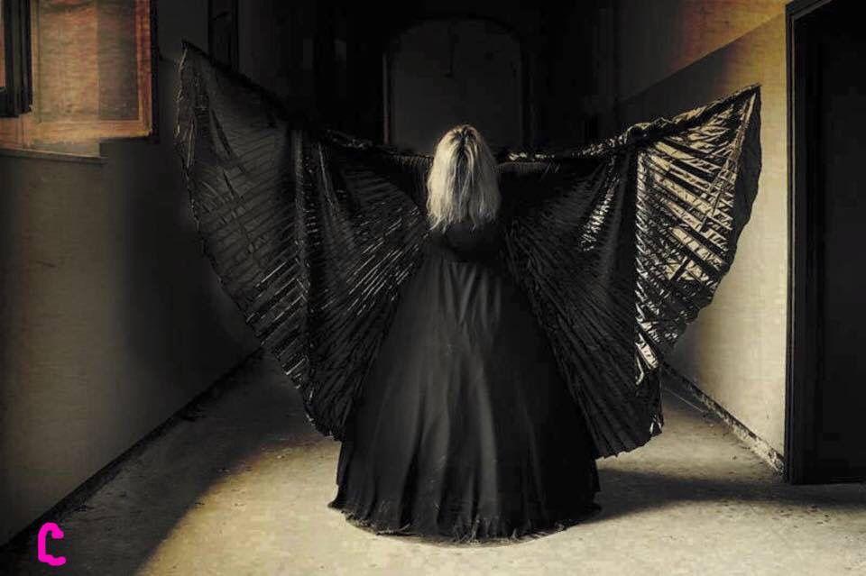 A n g e l o   N e r o gli angeli neri sono angeli buoni...  sono angeli che hanno superato  così tanti ostacoli da imparare a volare...  e ora aiutano a farlo chi, come loro,  striscia nell'oscurità senza una meta.