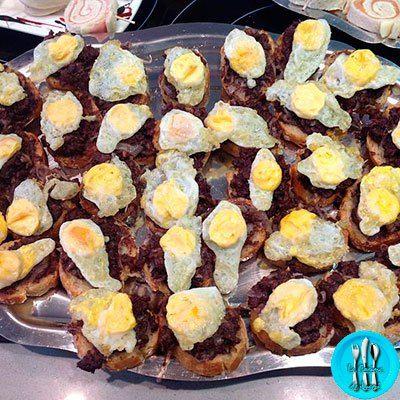 Montaditos de morcilla, huevo y cebolla caramelizada