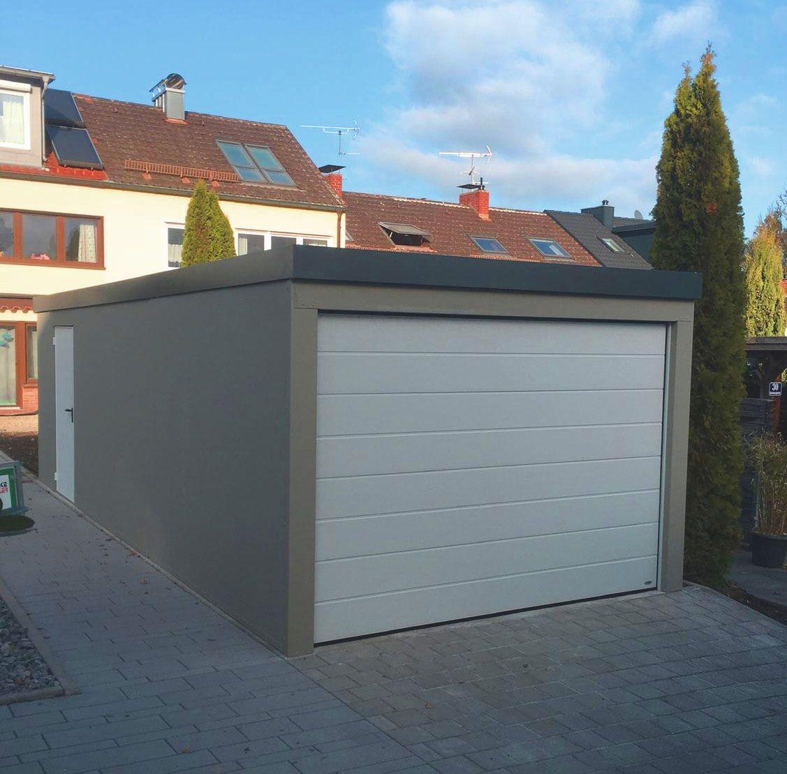 Garage mit integriertem Geräteraum und Flügeltür im hinteren ...