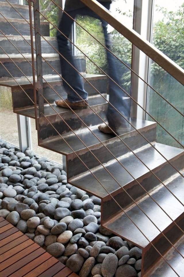 Metalltreppe geländer design sicher flusssteine deko unten mehr ...