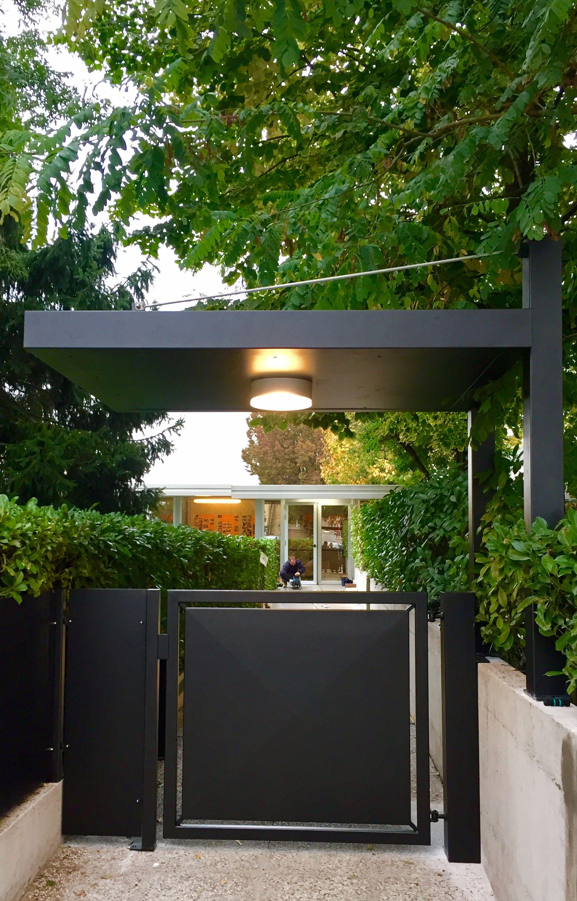 Cancello in stile moderno pedonale automatizzato con for Idee di layout di garage