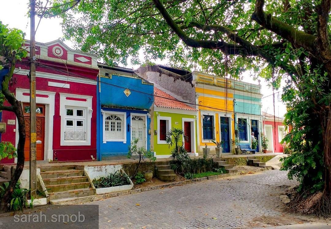 Recife E As Casas Coloridas No Clima De Chuva Com O Senhorzinho Esperando Na Porta