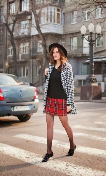 Look: Mix de Estampas - Moda it | Moda It Saia Xadrez Vermelha + Trench Coat Pied-de-Poule + Oxford Preto