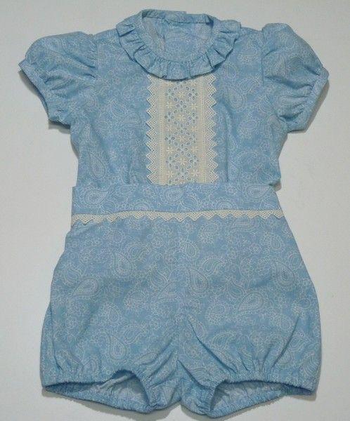 360408bdc Conjunto para bebe niño de camisa y pantalón bombacho en cachemir celeste  adornado con tirabordada y punta beige. Mangas de farol y volantes en el  cuello.