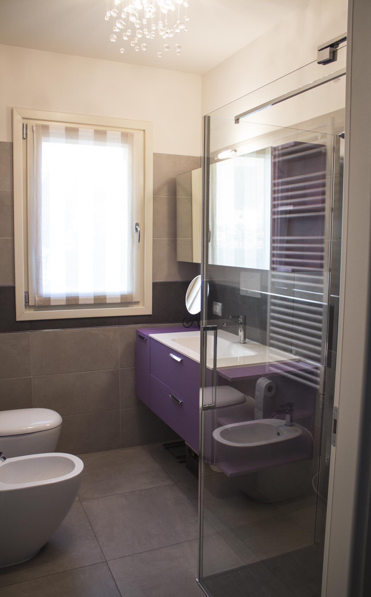 Bagno per gli ospiti, con mobile viola, top bianco con lavabo pezzo ...