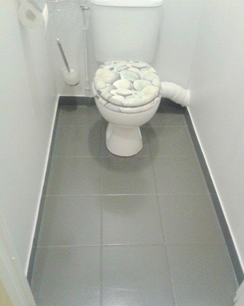Home Staging Des Sols Ici Un Relooking De Carrelage Toilettes En Gris Carrelage Toilette Deco Peinture Deco Wc