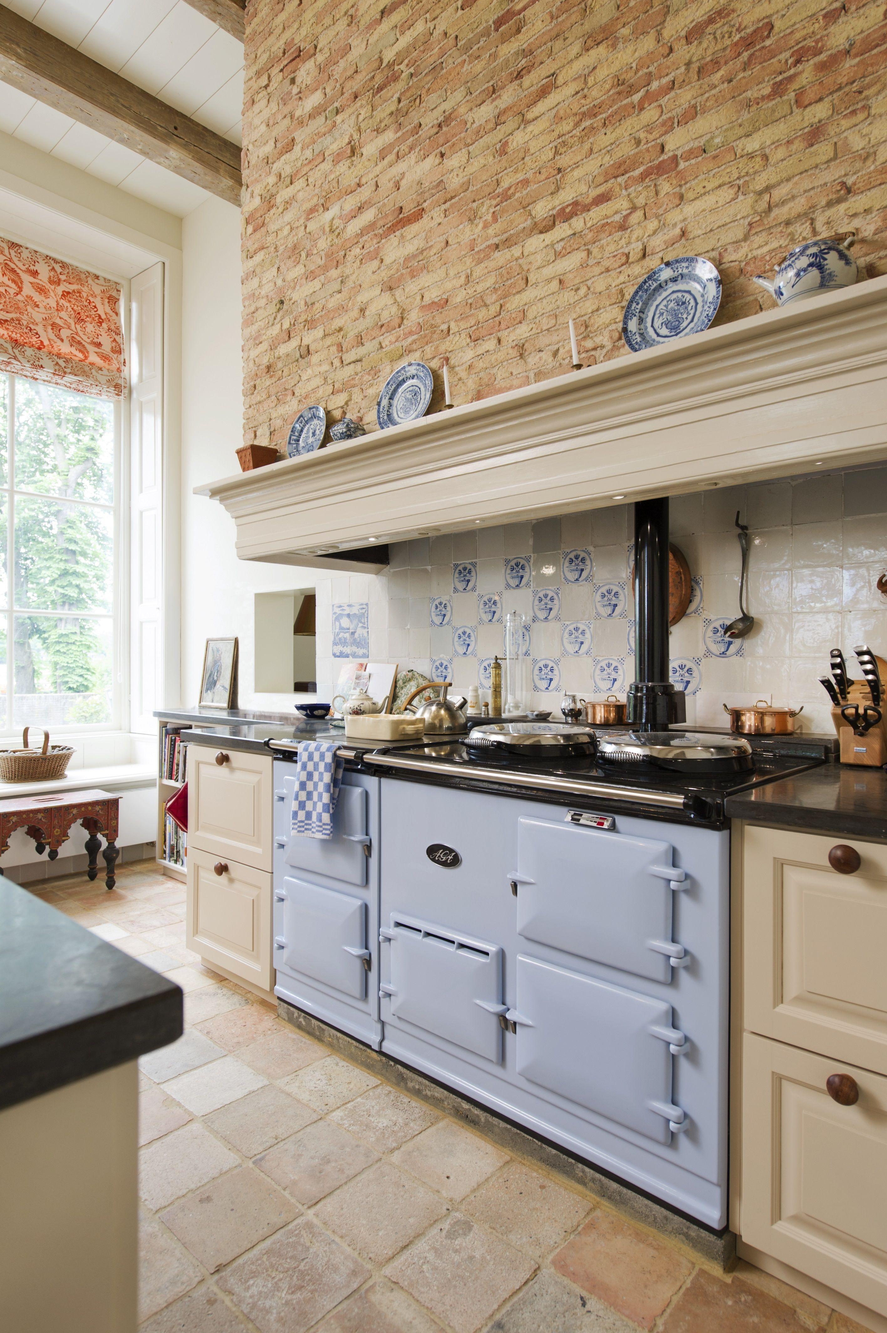 Landelijke keuken met mooie schouw en AGA fornuis