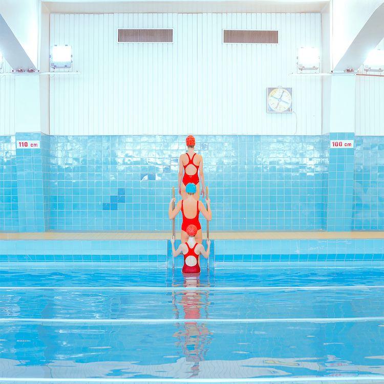 A fotógrafa Maria Svarbova, baseada na Eslováquia, costuma reproduzir imagens expressivas que visam explorar as ações cotidianas, mas que trazem um novo olhar para a rotina. Com um toque de modernismo, a artista se interessa pela repetição, fato que fica evidente no seu projeto com nadadores. Clicadas em diversas piscinas eslovacas que remet...