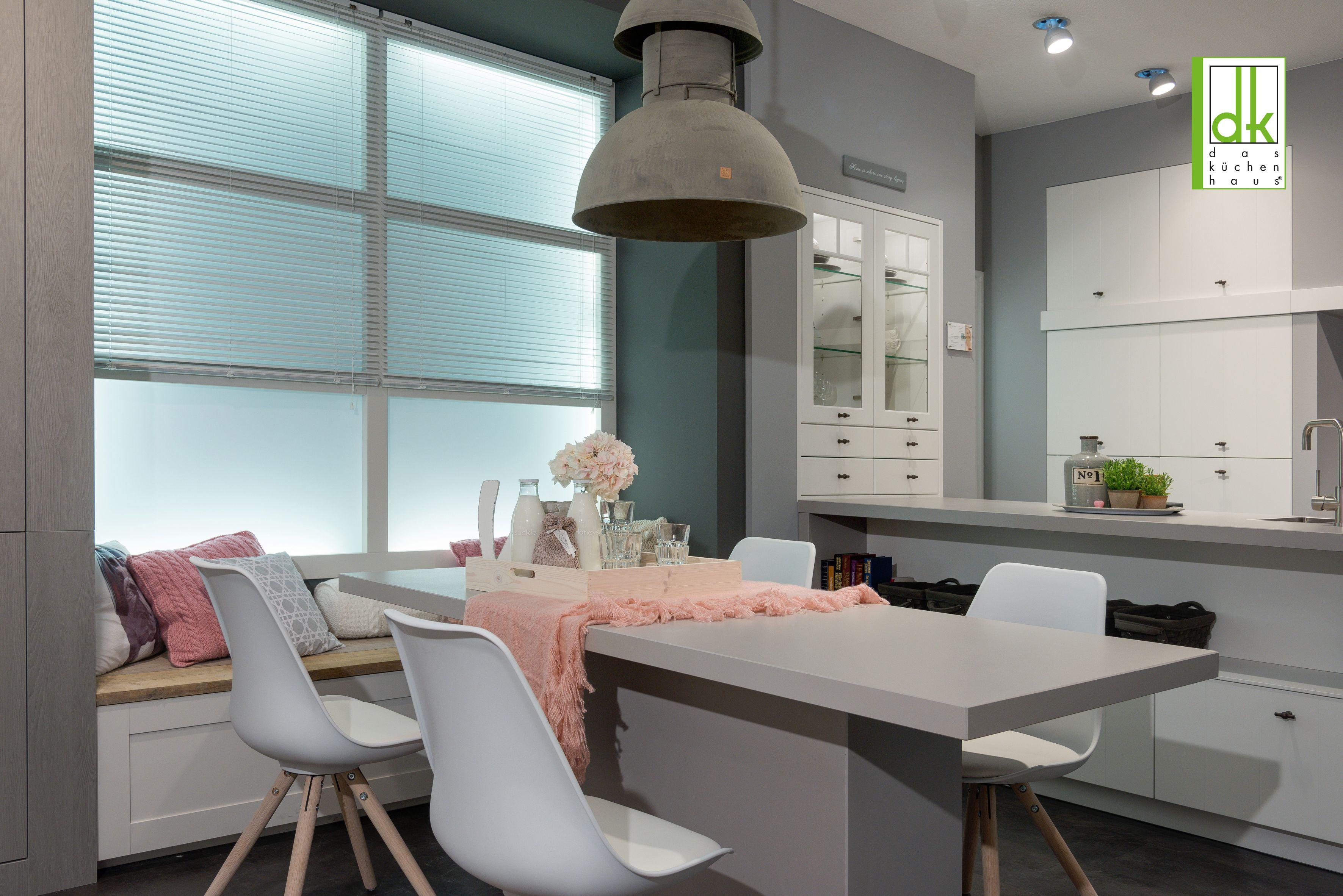 Küche mit Sitzbank im Landhausstil