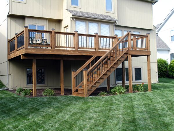 I like the look of this deck and railings outdoor living for Split level garden decking