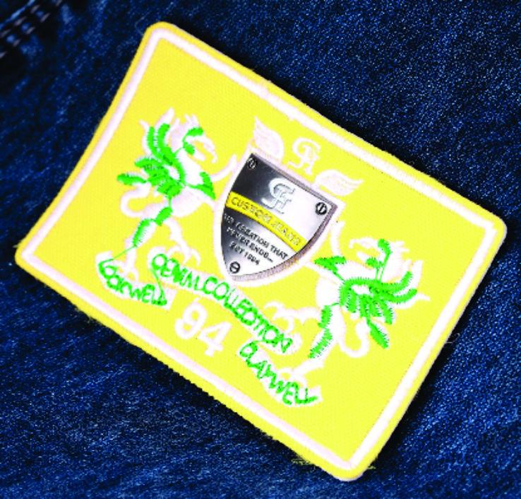 etiqueta de cintura para jeans con aplique metálico.
