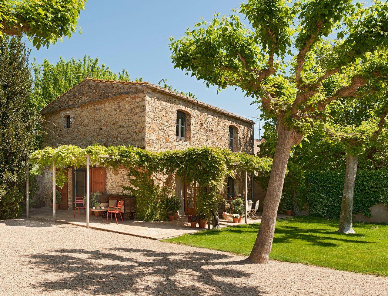 Mas a con paredes de piedra porche y jard n con muebles - Macetas de piedra para jardin ...