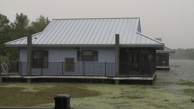 At just 30 minutes from New Orleans, Bayou Segnette State Park is the place to be to unwind and get away from all the usual hustle and bustle. And what better way to do so than to laze the day away on a floating cabin?