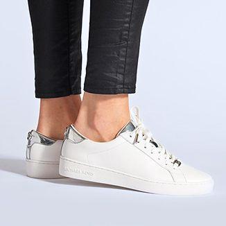 Tendenza sneakers bianche con questo paio di Michael Michael Kors con un  tocco argentato 8e56afa6087
