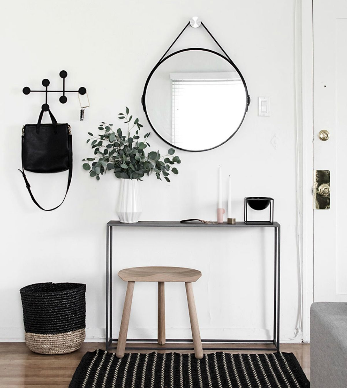 Entrada / hall de estilo nórdico e blanco, negro y madera ...