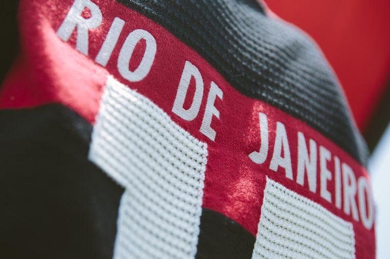 a primeira camisa feminina oficial do flamengo em parceria com a adidas  Originals chegou nas lojas e no e-FARM e é nossa! gueenta coração! ♥ 83e3245dec4c5