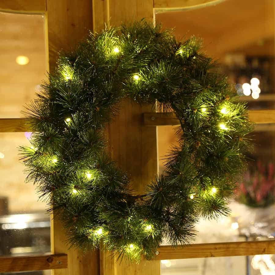 Der mit led beleuchtete k nstliche weihnachtskranz ist - Fensterbeleuchtung weihnachten ...