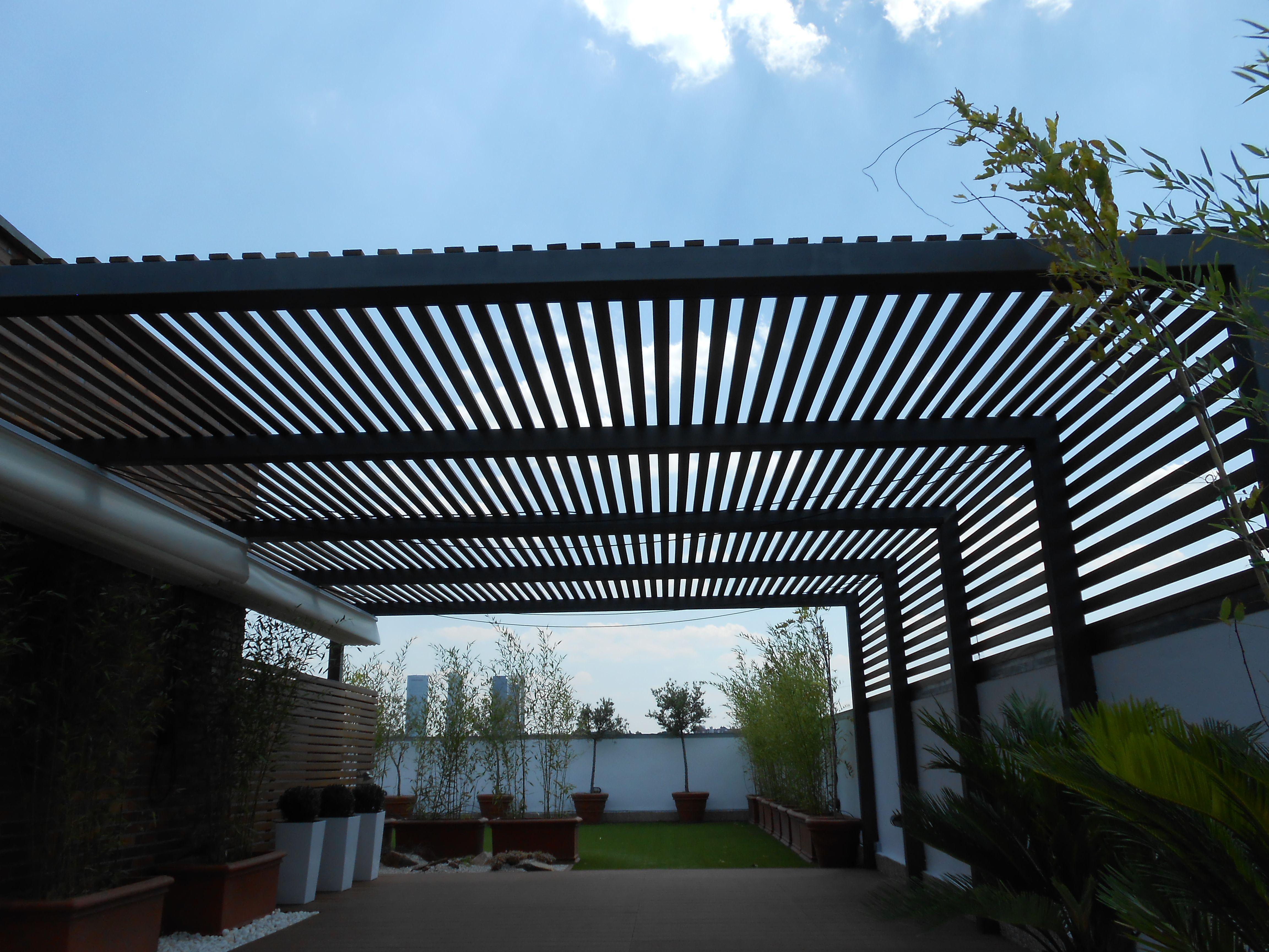 Pergola de hierro y madera desi o moderno pergolados en for Cobertizo de jardin moderno de techo plano