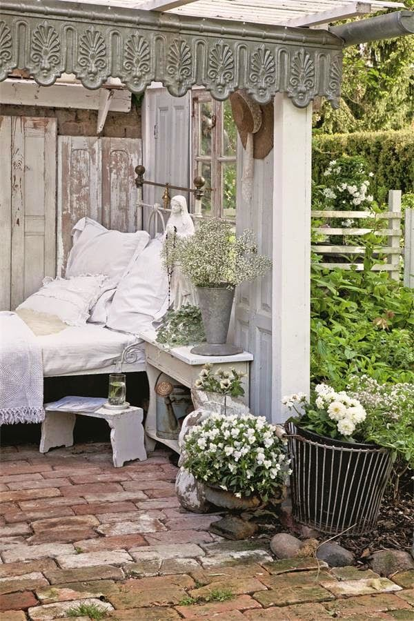shabby chic romantische sitzecke im garten stylecheck. Black Bedroom Furniture Sets. Home Design Ideas