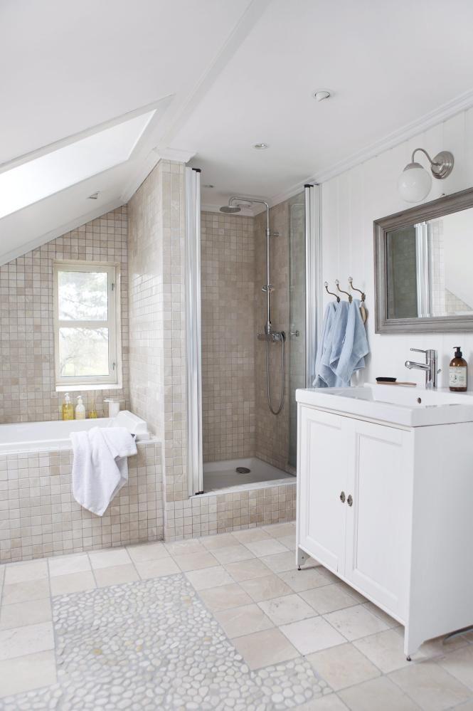 Lyst og lekkert dette badet er innredet med forskjellige for Small bathroom with sloped ceiling